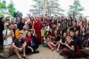 Его Святейшество Далай-лама фотографируется на память с группами туристов, прибывших на встречу, организованную в главном тибетском храме. Дхарамсала, Индия. 19 мая 2018 г. Фото: Тензин Чойджор.