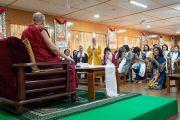 Его Святейшество Далай-лама отвечает на вопросы во время встречи с буддистами из Вьетнама. Дхарамсала, Индия. 21 мая 2018 г. Фото: Тензин Чойджор.