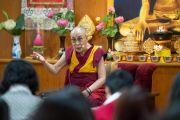 Его Святейшество Далай-лама дарует наставления буддистам из Вьетнама, в том числе группам из Ханоя, Хошимина и Хайфона, принимающим участие во встрече посредством видеоконференции. Дхарамсала, Индия. 21 мая 2018 г. Фото: Тензин Чойджор.