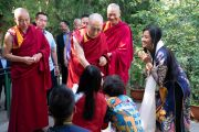 Его Святейшество Далай-лама приветствует в своей резиденции организаторов видеоконференции с группами из Вьетнама. Дхарамсала, Индия. 21 мая 2018 г. Фото: Тензин Чойджор.