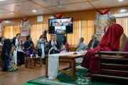 Его Святейшество Далай-лама приветствует буддистов из Ханоя, Хошимина и Хайфона, принимающих участие во встрече посредством видеоконференции. Дхарамсала, Индия. 21 мая 2018 г. Фото: Тензин Чойджор.