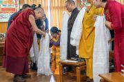 По прибытии в зал собраний своей резиденции Его Святейшество Далай-лама приветствует буддистов из Вьетнама. Дхарамсала, Индия. 21 мая 2018 г. Фото: Тензин Чойджор.