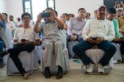 Слушатели во время выступления Его Святейшества Далай-ламы на торжественной церемонии, посвященной 3-й годовщине со дня создания организации «Шри Баладжи». Кангра, штат Химачал-Прадеш, Индия. 2 июня 2018 г. Фото: Тензин Чойджор.