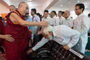 Его Святейшество Далай-лама приветствует гостей, собравшихся на торжественную церемонию, посвященную 3-й годовщине со дня создания организации «Шри Баладжи». Кангра, штат Химачал-Прадеш, Индия. 2 июня 2018 г. Фото: Тензин Чойджор.