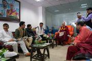 Его Святейшество Далай-лама и другие почетные гости перед началом торжественной церемонии, посвященной 3-й годовщине со дня создания организации «Шри Баладжи». Кангра, штат Химачал-Прадеш, Индия. 2 июня 2018 г. Фото: Тензин Чойджор.