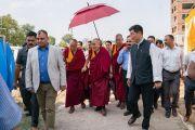 Его Святейшество Далай-лама направляется к месту проведения торжественной церемонии, посвященной 3-й годовщине со дня создания организации «Шри Баладжи». Кангра, штат Химачал-Прадеш, Индия. 2 июня 2018 г. Фото: Тензин Чойджор.