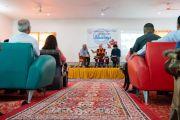 Его Святейшество Далай-лама дарует наставления во время торжественной церемонии, посвященной 3-й годовщине со дня создания организации «Шри Баладжи». Кангра, штат Химачал-Прадеш, Индия. 2 июня 2018 г. Фото: Тензин Чойджор.