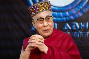 Его Святейшество Далай-лама в традиционной шапочке «химачали топи», преподнесенной ему во время интервью для организации, занимающейся инновациями в области средств массовой информации «Шри Баладжи». Кангра, штат Химачал-Прадеш, Индия. 2 июня 2018 г. Фото: Тензин Чойджор.