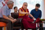 Его Святейшество Далай-лама отвечает на вопросы слушателей, сидя между переводчиками с английского и хинди во время торжественной церемонии, посвященной 3-й годовщине со дня создания организации «Шри Баладжи». Кангра, штат Химачал-Прадеш, Индия. 2 июня 2018 г. Фото: Тензин Чойджор.