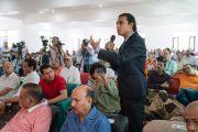 Один из слушателей задает вопрос Его Святейшеству Далай-ламе во время его выступления на торжественной церемонии, посвященной 3-й годовщине со дня создания организации «Шри Баладжи». Кангра, штат Химачал-Прадеш, Индия. 2 июня 2018 г. Фото: Тензин Чойджор.
