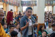 Один из слушателей задает вопрос Его Святейшеству Далай-ламе во время первого дня учений для тибетской молодежи. Дхарамсала, Индия. 6 июня 2018 г. Фото: Тензин Пунцок.
