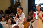 Тибетские школьницы выражают почтение Его Святейшеству Далай-ламе в начале первого дня учений для тибетской молодежи. Дхарамсала, Индия. 6 июня 2018 г. Фото: Тензин Пунцок.