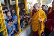 По прибытии в главный тибетский храм в начале первого дня учений для тибетской молодежи Его Святейшество Далай-лама приветствует школьников из Тибетской детской деревни. Дхарамсала, Индия. 6 июня 2018 г. Фото: Тензин Пунцок.