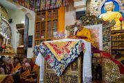 Его Святейшество Далай-лама читает строфы из поэмы Шантидевы «Бодхичарья-аватара» во время первого дня учений для тибетской молодежи. Дхарамсала, Индия. 6 июня 2018 г. Фото: Тензин Пунцок.