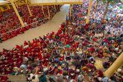 Вид на двор главного тибетского храма, в котором собрались слушатели учений Его Святейшества Далай-ламы, даруемых по просьбе тибетской молодежи. Дхарамсала, Индия. 6 июня 2018 г. Фото: Тензин Пунцок.