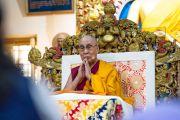 Его Святейшество Далай-лама возносит молитвы в начале первого дня учений для тибетской молодежи. Дхарамсала, Индия. 6 июня 2018 г. Фото: Тензин Пунцок.