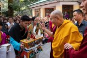 Юные тибетцы подносят традиционное приветствие «чема чангпю» Его Святейшеству Далай-ламе, прибывшему в главный тибетский храм в начале первого дня учений для тибетской молодежи. Дхарамсала, Индия. 6 июня 2018 г. Фото: Тензин Пунцок.