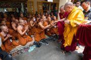 Покидая главный тибетский храм по окончании первого дня учений для тибетской молодежи, Его Святейшество Далай-лама приветствует группу более 200 монахов из Таиланда. Дхарамсала, Индия. 6 июня 2018 г. Фото: Тензин Пунцок.