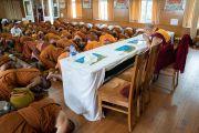 Его Святейшество Далай-лама и тайские монахи возносят молитвы по завершении совместного обеда в резиденции Далай-ламы. Дхарамсала, Индия. 9 июня 2018 г. Фото: Тензин Чойджор.