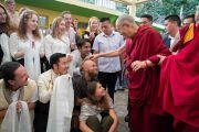 Его Святейшество Далай-лама шутливо приветствует одного из более чем 1200 туристов из разных стран, собравшихся во дворе главного тибетского храма. Дхарамсала, Индия. 9 июня 2018 г. Фото: Тензин Чойджор.