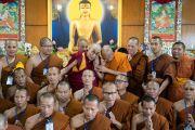 Его Святейшество Далай-лама фотографируется с группами более чем 150 тайских монахов и их меценатов в своей резиденции. Дхарамсала, Индия. 9 июня 2018 г. Фото: Тензин Чойджор.