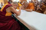 Его Святейшество Далай-лама преподносит статуэтку Будды в дар старшему монаху из Таиланда. Дхарамсала, Индия. 9 июня 2018 г. Фото: Тензин Чойджор.