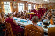 Помощники подают обед Его Святейшеству Далай-ламе и более чем 150 тайским монахам и их меценатам в резиденции Далай-ламы. Дхарамсала, Индия. 9 июня 2018 г. Фото: Тензин Чойджор.