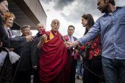 Его Святейшество Далай-лама отвечает на вопросы журналистов, собравшихся в аэропорту Вильнюса. Вильнюс, Литва. 12 июня 2018 г. Фото: Тензин Чойджор.