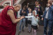 По прибытии в отель Его Святейшество Далай-лама приветствует детей. Вильнюс, Литва. 12 июня 2018 г. Фото: Тензин Чойджор.