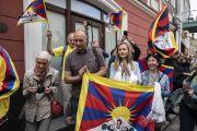 Почитатели ожидают прибытия Его Святейшества Далай-ламы в отель. Вильнюс, Литва. 12 июня 2018 г. Фото: Тензин Чойджор.
