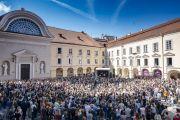 Вид на площадь у Вильнюсского университета, на которой собралось более 2000 человек на публичную лекцию Его Святейшества Далай-ламы. Вильнюс, Литва. 13 июня 2018 г. Фото: Тензин Чойджор.