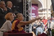 Его Святейшество Далай-лама обращает внимание на одного из слушателей во время публичной лекции в Вильнюсском университете. Вильнюс, Литва. 13 июня 2018 г. Фото: Тензин Чойджор.