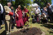 Его Святейшество Далай-лама улыбается, высадив молодое деревце на площади Тибета в знак дружбы между Тибетом и Литвой. Вильнюс, Литва. 13 июня 2018 г. Фото: Тензин Чойджор.