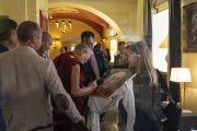 По возвращении в отель Его Святейшество Далай-лама останавливается, чтобы подписать портрет для своих почитателей. Вильнюс, Литва. 13 июня 2018 г. Фото: Тензин Чойджор.