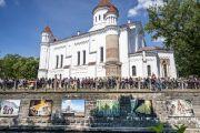 Вид на выставку фотографий о Тибете, расположенную вдоль водного канала на площади Тибета. Вильнюс, Литва. 13 июня 2018 г. Фото: Тензин Чойджор.