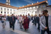 Покидая Вильнюсский университет по завершении публичной лекции, Его Святейшество Далай-лама машет слушателям рукой. Вильнюс, Литва. 13 июня 2018 г. Фото: Тензин Чойджор.