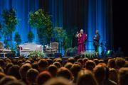 Его Святейшество Далай-лама читает публичную лекцию «Искусство счастья» на стадионе «Сименс». Вильнюс, Литва. 14 июня 2018 г. Фото: Тензин Чойджор.