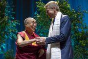 Его Святейшество Далай-лама благодарит мэра Вильнюса Ремигиюса Шимашюса, который представил его в начале публичной лекции на стадионе «Сименс». Вильнюс, Литва. 14 июня 2018 г. Фото: Тензин Чойджор.