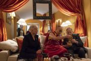 Его Святейшество Далай-лама преподносит статуэтку колеса Дхармы Витаутасу Ландсбергису, первому президенту независимой Литвы после распада Советского Союза, пригласившему Его Святейшество в 1991 году.  Вильнюс, Литва. 14 июня 2018 г. Фото: Тензин Чойджор.