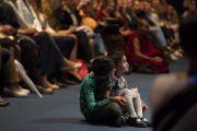 Юные слушатели во время публичной лекции Его Святейшества Далай-ламы на стадионе «Сименс». Вильнюс, Литва. 14 июня 2018 г. Фото: Тензин Чойджор.
