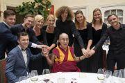 Его Святейшество Далай-лама фотографируется с членами выступавшего во время обеда музыкального ансамбля. Вильнюс, Литва. 14 июня 2018 г. Фото: Тензин Чойджор.