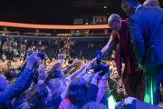 По завершении публичной лекции на стадионе «Сименс» Его Святейшество Далай-лама пожимает руки слушателям. Вильнюс, Литва. 14 июня 2018 г. Фото: Тензин Чойджор.