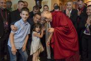 Его Святейшество Далай-лама фотографируется со своими почитателями и членами их семьи, перед тем как покинуть отель в Вильнюсе. Вильнюс, Литва. 15 июня 2018 г. Фото: Тензин Чойджор.
