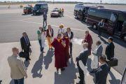 Перед отлетом в Ригу Его Святейшество Далай-лама благодарит организаторов своего визита в Вильнюс. Вильнюс, Литва. 15 июня 2018 г. Фото: Тензин Чойджор.
