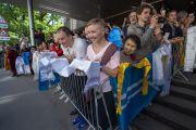 Поклонники и почитатели выстроились у отеля, чтобы поприветствовать Его Святейшество Далай-ламу. Рига, Латвия. 15 июня 2018 г. Фото: Тензин Чойджор.