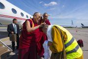 По прибытии в аэропорт Риги Его Святейшество Далай-лама шутливо приветствует Тэло Тулку Ринпоче, организатора визита в Ригу, почетного представителя Далай-ламы в России, Монголии и странах СНГ. Рига, Латвия. 15 июня 2018 г. Фото: Тензин Чойджор.