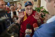 По прибытии в отель Его Святейшество Далай-лама дает интервью латвийскому телевидению. Рига, Латвия. 15 июня 2018 г. Фото: Тензин Чойджор.
