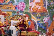 Его Святейшество Далай-лама пьет горячую воду во время первого дня учений для стран Балтии и России. Рига, Латвия. 16 июня 2018 г. Фото: Тензин Чойджор.