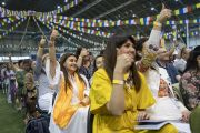 Слушатели поднимают руки в ответ на вопрос Его Святейшества Далай-ламы во время первого дня учений для стран Балтии и России. Рига, Латвия. 16 июня 2018 г. Фото: Тензин Чойджор.