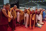Монахи и монахини почтительно кланяются Его Святейшеству Далай-ламе, прибывающему на сцену зала «Сконто». Рига, Латвия. 16 июня 2018 г. Фото: Тензин Чойджор.